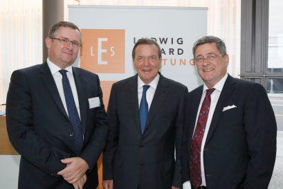 Die beiden Preisträger Holger Steltzner und Gerhard Schröder mit Roland Tichy