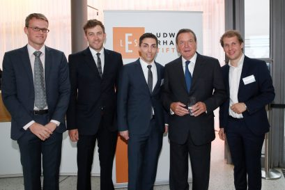 Gerhard Schröder mit den Förderpreisträgern