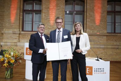 Übergabe der Urkunde an Prof. Dr. Philipp Bagus durch Roland Tichy und Dr. Dorothea Siems