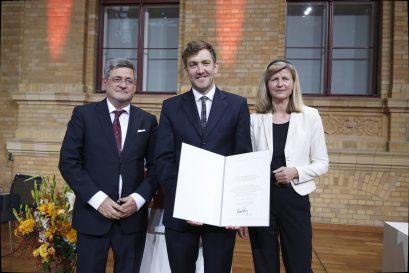 Übergabe der Urkunde an Florian Meyer-Hawranek durch Roland Tichy und Dr. Dorothea Siems
