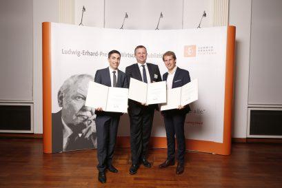 Preisträger Holger Steltzner zwischen den Förderpreisträgern Massimo Bognanni und Simon Book