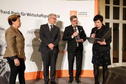 Preisübergabe an Prof. Dr. Renate Köcher