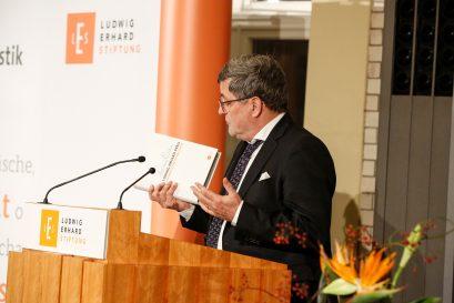 """Roland Tichy stellt die Festschrift """"Ludwig-Erhard-Preis für Wirtschaftspublizistik"""" mit den gesammelten Reden der Preisträger seit 1977 vor."""