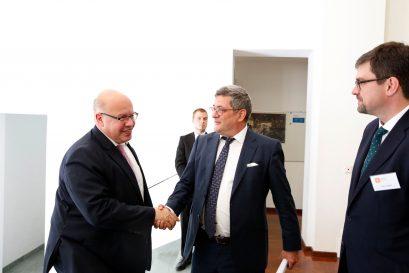 Der Vorsitzende der Ludwig-Erhard-Stiftung, Roland Tichy, und ihr Geschäftsführer, Lars Vogel, empfangen Bundeswirtschaftsminister Peter Altmaier.