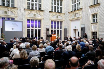 Roland Tichy, Vorsitzender der Ludwig-Erhard-Stiftung, begrüßt die Teilnehmer und führt ins Thema des Symposions ein.