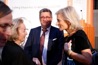Dr. Isabel Mühlfenzl, Ehrenmitglied der Ludwig-Erhard-Stiftung, Roland Tichy und Preisträgerin Zanny Minton Beddoes