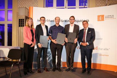 Dr. Dorothea Siems, die drei Förderpreisträger Christian Wermke, Patricius Mayer, Daniel Sprenger und Roland Tichy