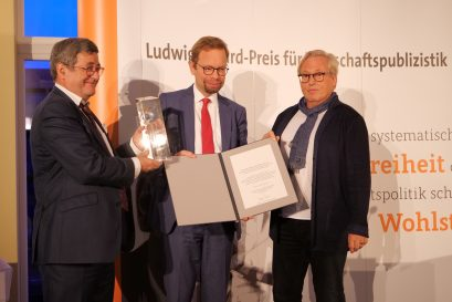 Übergabe des Förderpreises an Marius Kleinheyer, Research Analyst beim Flossbach von Storch Research Institute