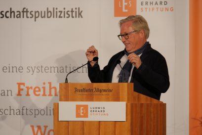 Oswald Metzger, stellvertretender Vorsitzender der Ludwig-Erhard-Stiftung, hält die Laudationes auf die Förderpreisträger