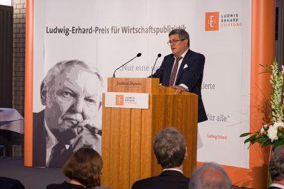 Roland Tichy, Vorsitzender der Ludwig-Erhard-Stiftung, begrüßt die Gäste der Veranstaltung