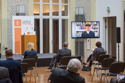 Jürgen Diessl, Leiter des Econ Verlags, trägt mit einer Videobotschaft zur Veranstaltung bei.