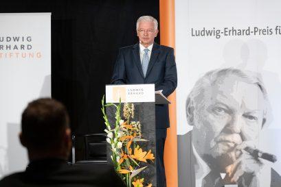 Der Vorsitzende der Ludwig-Erhard-Stiftung Roland Koch spricht das Schlusswort.