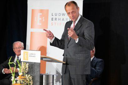 Friedrich Merz, Mitglied der Ludwig-Erhard-Stiftung, spricht die Laudatio auf Wolfgang Reitzle, den Preisträger 2021.