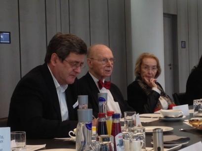 Prof. Allan Meltzer zwischen Roland Tichy, Vorsitzender, und Dr. Isabel Mühlfenzl, Mitglied der Ludwig-Erhard-Stiftung