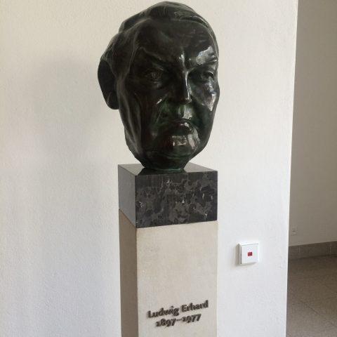 Büste von Ludwig Erhard im Foyer des Bundesministeriums für Wirtschaft und Energie: Darf sie noch dort bleiben?