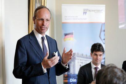Hausherr Daniel Bresser, Mitglied der Geschäftsleitung Bankhaus Löbbecke, begrüßt zum Europa-Forum.