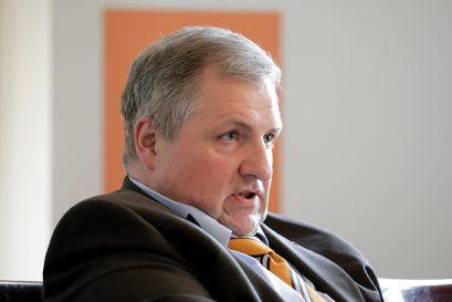 Wolfgang Steiger, Generalsekretär des Wirtschaftsrates der CDU, weist in seiner Einführung auf Problemfelder am Arbeitsmarkt hin.