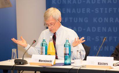 """Prof. Dr. Alfred Mierzejewski schrieb die 2005 erschienene Biographie """"Ludwig Erhard. Der Wegbereiter der Sozialen Marktwirtschaft""""."""