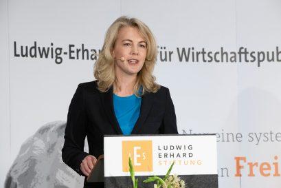 Linda Teuteberg, Mitglied der Ludwig-Erhard-Stiftung, spricht die Laudationes auf die Förderpreisträger 2020 Martin Braml und Hans Rusinek.