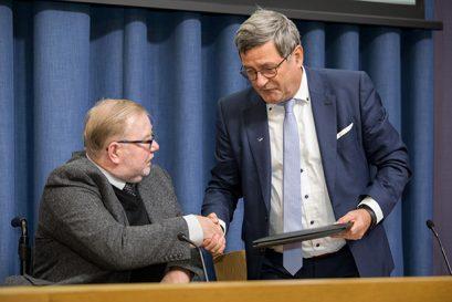 Roland Tichy, Vorsitzender der Ludwig-Erhard-Stiftung, übergibt die Urkunde an Dr. Mart Laar.