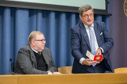 Roland Tichy, Vorsitzender der Ludwig-Erhard-Stiftung, überreicht die Ludwig-Erhard-Medaille für Verdienste um die Soziale Marktwirtschaft an Dr. Mart Laar.
