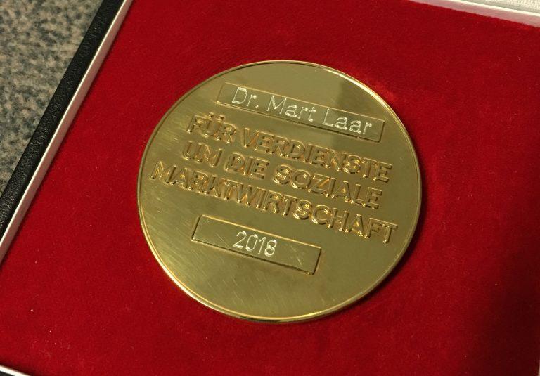 Ludwig-Erhard-Medaille an Mart Laar