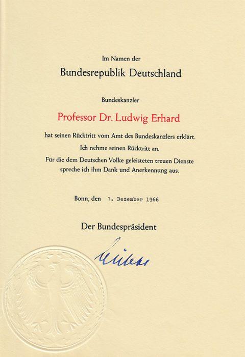 Die von Bundespräsident Heinrich Lübke am 1. Dezember 1966 unterschriebene Rücktrittsurkunde